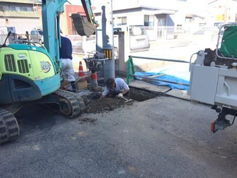 新築住宅の下水接続工事、職人さんが頑張っています