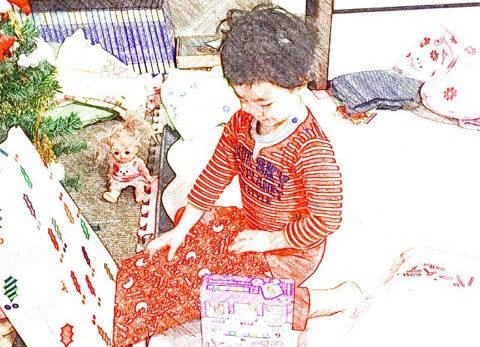 我が家でクリスマスプレゼントを開ける娘